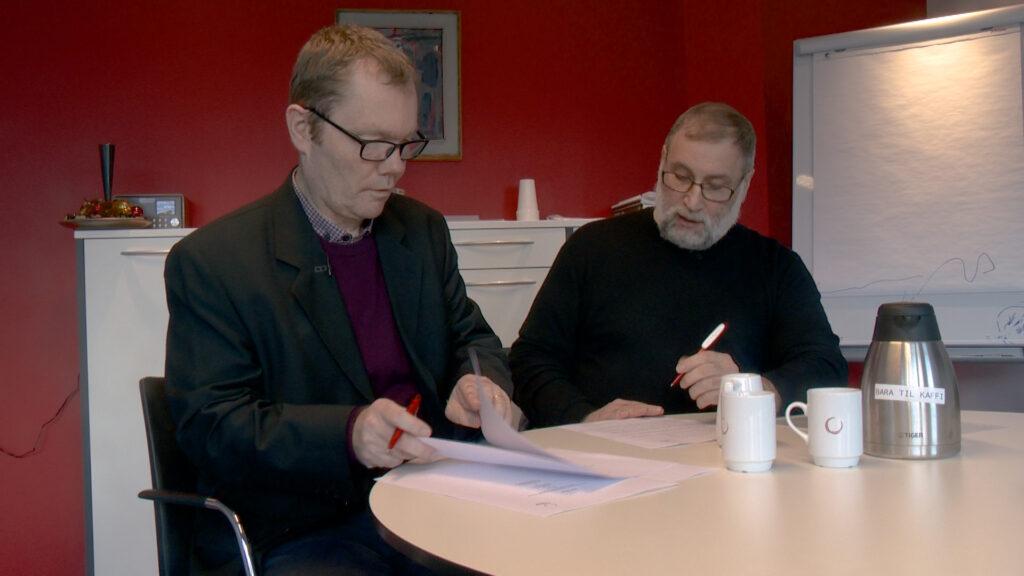 Ivan Niclasen, stjóri í KVF, og Atli K. Petersen, formaður í Fjølrit undriskriva avtaluna